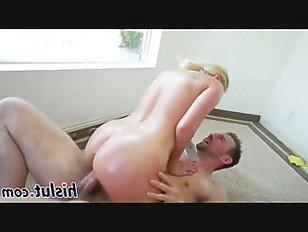 Эротика Восхитительная блондинка скачет на толстом валу порно видео