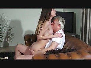 Эротика Невинная красотка трахается с дедушкой порно видео