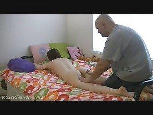 Эротика Старый парень массирует ее идеальное тело подростка порно видео