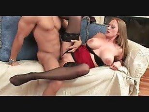 Эротика Сексуальная милфа Пума В Чулках Трахается На Диване порно видео