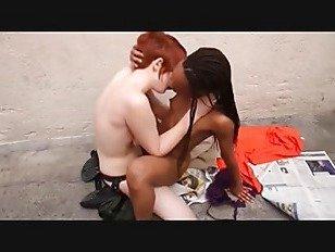 Эротика Тюремный охранник за мусорным контейнером порно видео