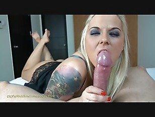 Эротика блондинка красотка сосет порно видео