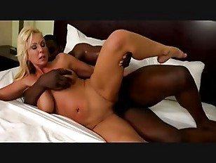 Эротика Грудастая блондинка зрелая развлекается с молодыми парнями большой хуй порно видео