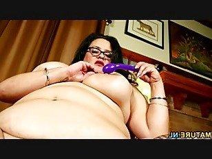 Эротика Большой грудью американская домохозяйка дрочит себя порно видео