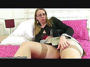 Эротика Британский милфа Сэмми любит dildoing ее задницу порно видео