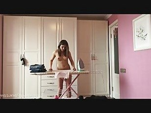 Эротика Глажение кудрявый одежду в то время как полностью голый порно видео