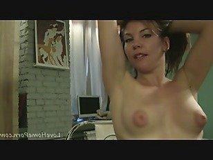 Эротика Сочная брюнетка показывает ее попой и сиськи порно видео