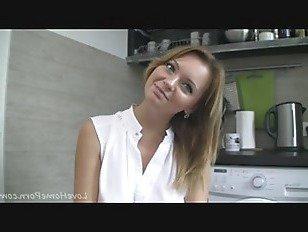 Эротика Настоящая милашка и ее непослушный сеанс на кухне порно видео