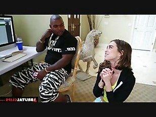 Эротика BrutalClips тощий Райли Рид трахается и сосет два больших черных петухов порно видео
