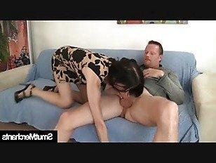 Эротика Зрелая женщина заглатывает член в рот и киску порно видео