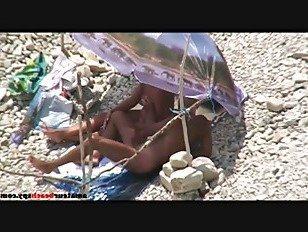 Эротика Нудистская жена дрочит мужу на пляже порно видео