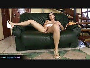Эротика Лили выходит с огромным дилдо на диване порно видео