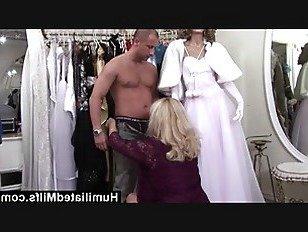 Эротика HumiliatedMilfs похотливый милфа получает ее волосатая киска фаршированные петух порно видео