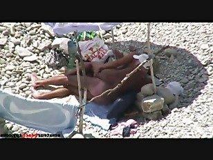 Эротика Бабули трахаются на общественном пляже порно видео