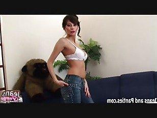 Эротика Мне нужна небольшая помощь, чтобы выйти из этих обтягивающих джинсов порно видео