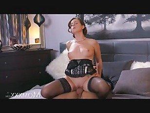 Эротика Мама зрелая домохозяйка в чулках сквирт после минета и глубокого траха порно видео