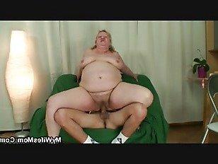 Порно XXX Огромные сиськи мать зятя сосет и скачет петух молодой HD секс видео