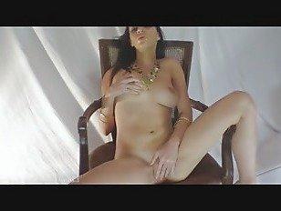 Эротика Симпатичная красотка мастурбирует сидя в кресле порно видео
