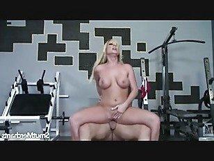 Эротика Очень сексуальная блондинка трахается и кончает в рот порно видео