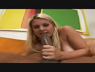 Эротика блондинка сосет большой член порно видео