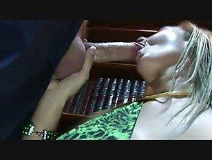 Эротика Распутная Trina masturabtes ее киска в то время как получать трахал порно видео