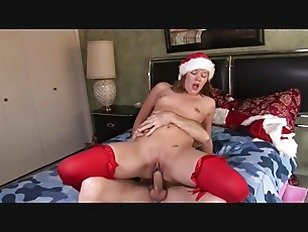 Порно ХХХ брюнетка xmas девушка трахается на кровати HD секс видео