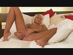 Эротика Спящая блондинка любит мастурбировать, когда она просыпается порно видео