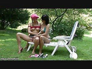 Эротика Грудастая мамаша лесбиянка и подросток на открытом воздухе действие порно видео