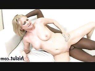 Эротика Горячая межрасовая сессия с дерзкой блондинкой порно видео