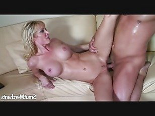 Эротика Сексуальная блондинка милфа сидит на толстый член HD секс видео