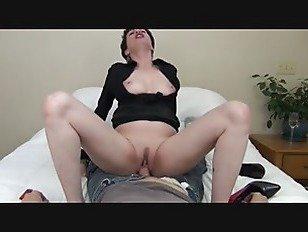 Порно XXX мамаша соблазнила молодого человека HD секс видео