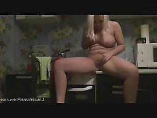 Эротика Грудастая блондинка действительно любит дрочит свою киску порно видео