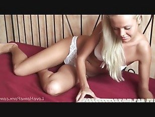 Эротика Блондинка красотка в белом белье дразнит вас порно видео