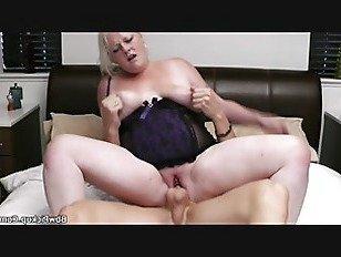 Эротика Грудастая блондинка в нижнем белье верхом петух порно видео