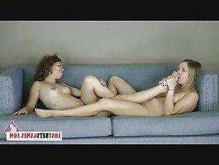 Эротика 2 подростки играют в Балансировочную игру, которая приводит к ноге, которую никто никогда не забудет порно видео