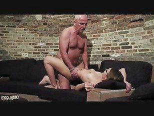 Эротика Старые и молодые порно-дедушка трахает подростка пальцы киска порно видео