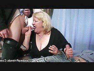 Эротика Грудастая бабушка в колготках принимает Двойное проникновение порно видео