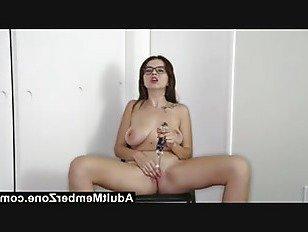 Эротика AdultMemberZone эта сексуальная красотка просто обожает климакс для камеры порно видео
