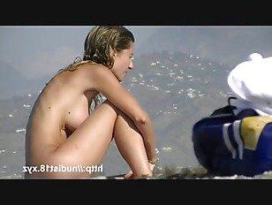 Эротика Нудистский пляж раздвинув ноги бритая киска блондинка брюнетка вуайерист порно видео