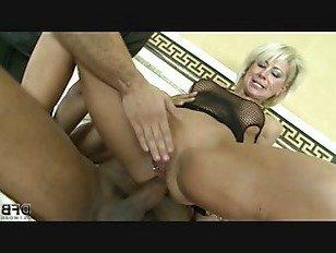Эротика Зрелая блондинка жена изменяет мужу с негром Дик порно видео