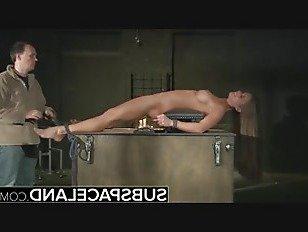 Эротика Подросток в ловушке в клетке представлен бондаж БДСМ наказания порно видео